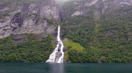 Wasserfall im Fjord